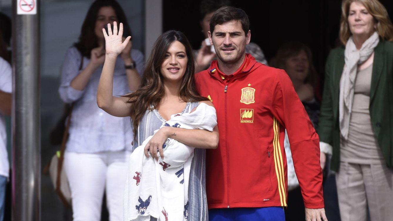 Sara Carbonero e Iker Casillas presentan a la prensa a su pequeño Lucas
