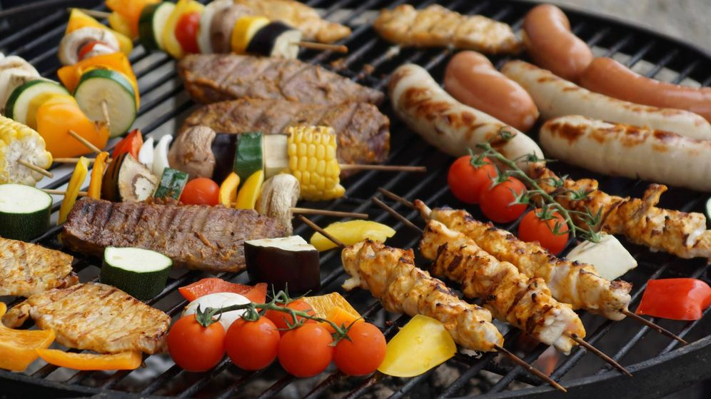 Foto: Prepara una parrilla de carnes y verduras con la mejor barbacoa portátil (Foto: Pexels)
