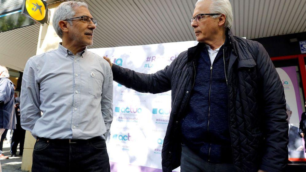 Foto: El candidato de Actúa a la presidencia del Gobierno, Gaspar Llamazares (i), conversa con el exjuez Baltasar Garzón (d), durante el acto de apertura de la campaña electoral. (EFE)