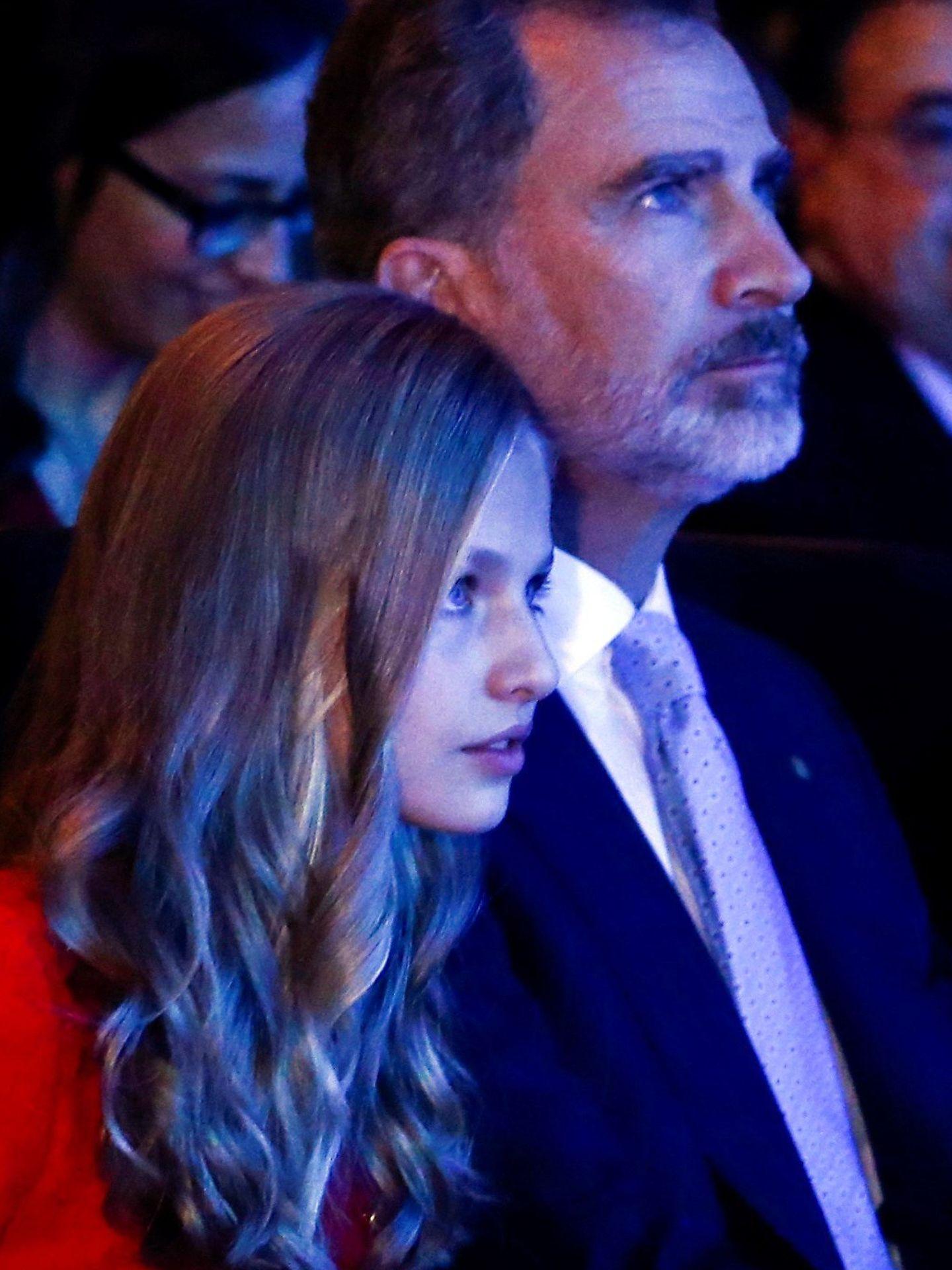 La princesa Leonor y el rey Felipe, durante la ceremonia de los Premios FPdGi. (EFE)