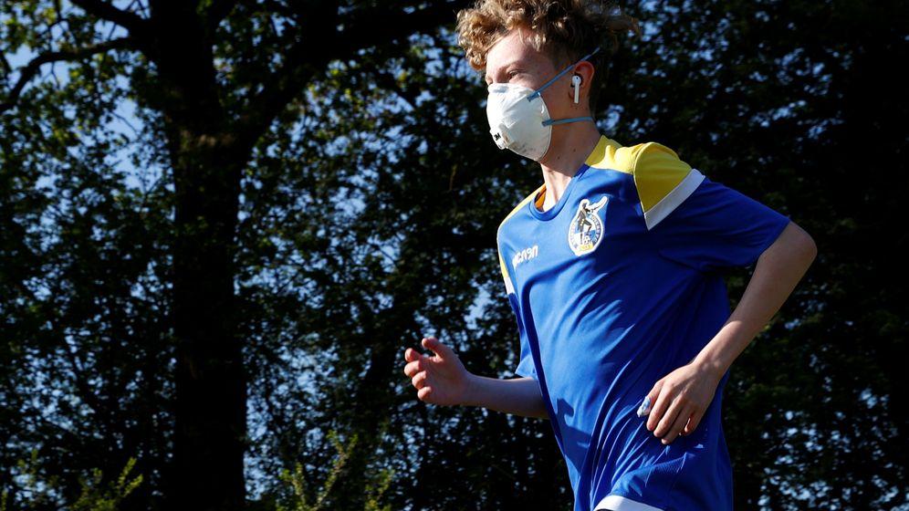 Foto: La norma no es concreta y deja a libre interpretación el uso de las mascarillas para salir a correr. (EFE)