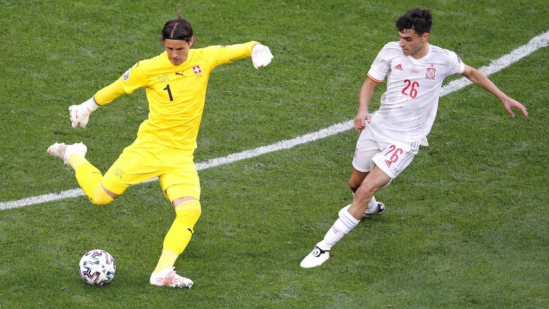 Pedri presiona a Sommer durante el Suiza-España. (Reuters)