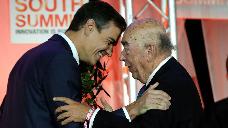 El presidente del Gobierno, Pedro Sánchez (izda), entrega un premio al presidente de Técnicas Reunidas, José Lladó, durante la clausura del South Summit 2018. (EFE)
