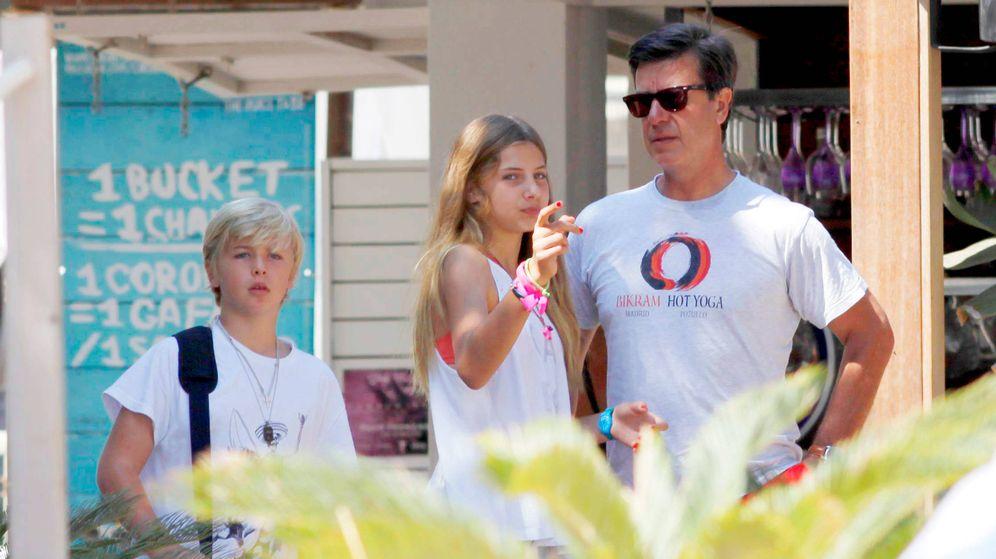 Foto: Amina y Luis con su padre. (Cordon Press)