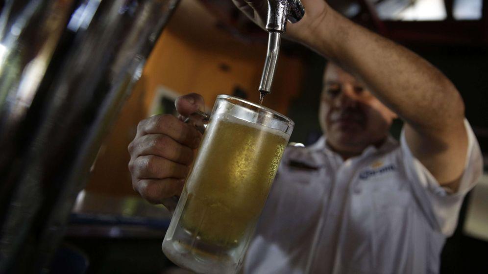 Foto: Un camarero sirve una caña de cerveza. (EFE)