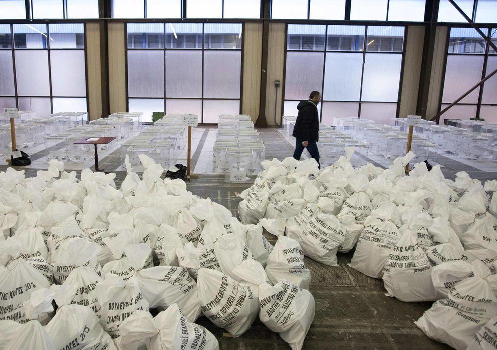 Foto: Un trabajador municipal camina entre urnas y sacos con material para las elecciones en Salónica. (Reuters)