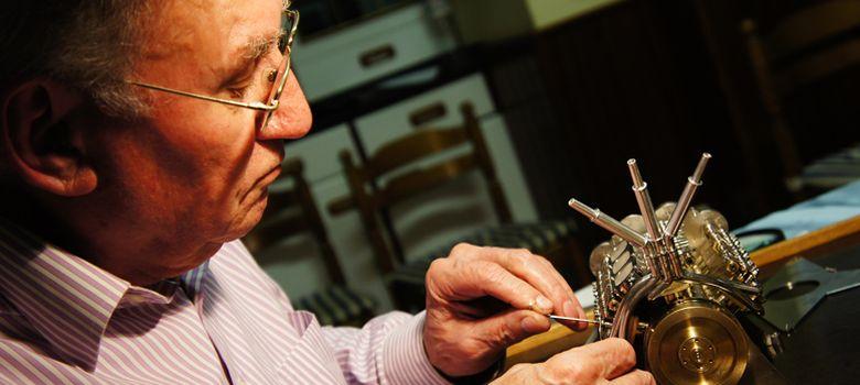 Foto: El jubilado gallego que fabrica los motores más pequeños del mundo