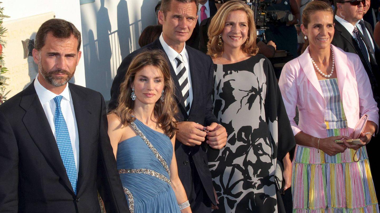 Felipe y Letizia, junto a las infantas Elena y Cristina e Iñaki Urdangarin. (EFE)