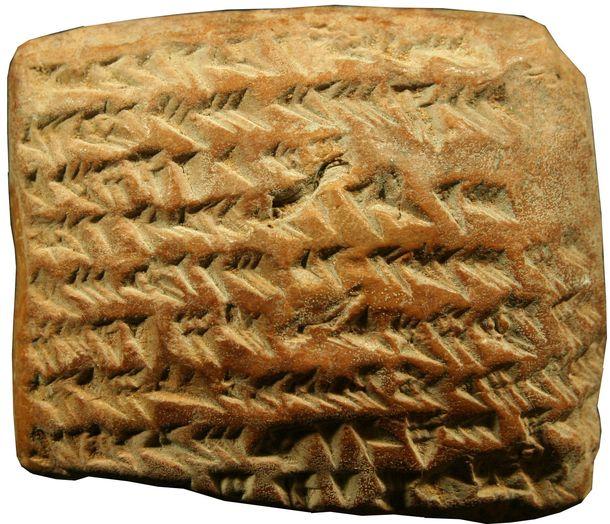 Foto: Tablilla babilónica con escritura cuneiforme. No es una galleta. (Ossendrijver)