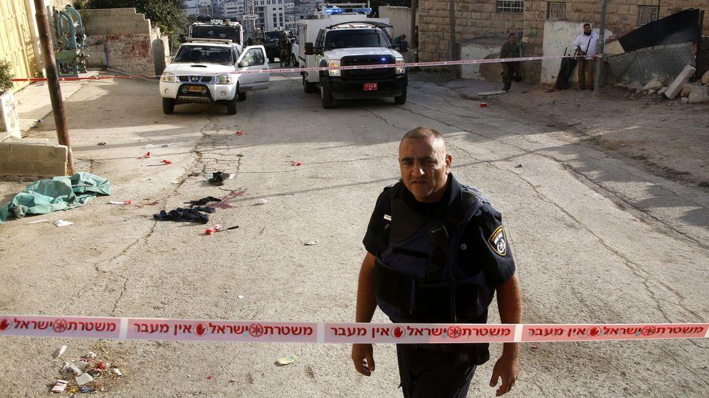Foto: Fuerzas de seguridad israelíes sellan el escenario de un ataque con un cuchillo en Tal Rumaida, Cisjordania, en septiembre de 2016 (Reuters)