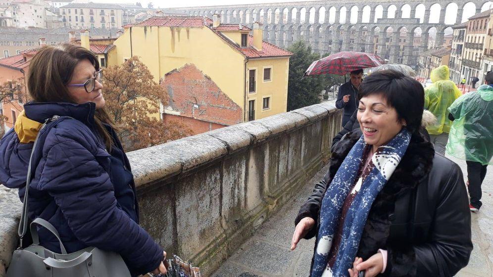 Foto: Marta Jerez y Esther Lázaro, de la asociación opositora a la estatua, en el recodo donde se situará. (D. B.)