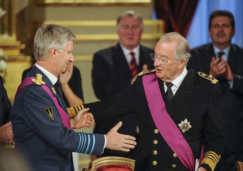 Foto: el Rey Alberto cediéndole el testigo a su hijo Felipe este verano. (I.C.)