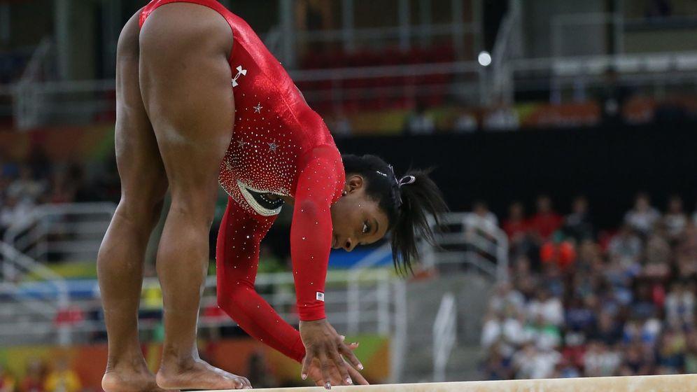 Foto: Simone Biles en el momento que se desequilibra (How Hwee Young/EFE)