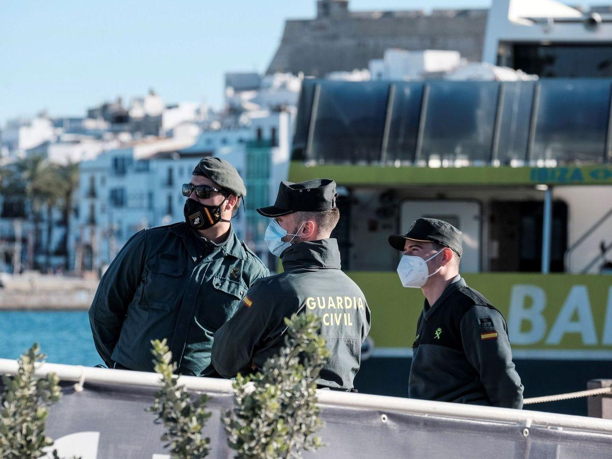 Foto: Guardiaciviles en el Puerto de Ibiza. (EFE)