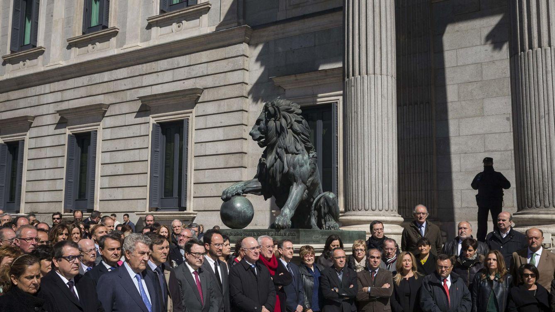 Foto: El minuto de silencio en el Congreso de los Diputados por la víctimas del A320. (Efe)