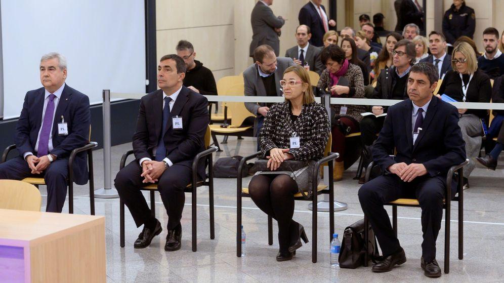 Foto: El mayor de los Mossos d'Esquadra Josep Lluís Trapero, junto a Teresa Laplana, Pere Soler y César Puig, en la AN. (EFE)