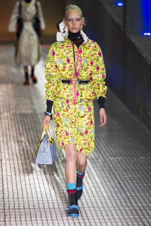 En 2016, Prada hizo del chubasquero estampado un dos piezas alegre y colorido. (Foto: Gtres)