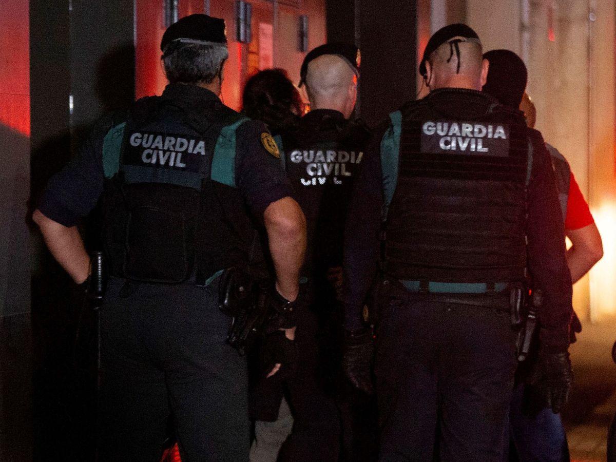 Foto: Agentes de la Guardia Civil durante la operación Judas, en la que se detuvo a los CDR procesados. (EFE)