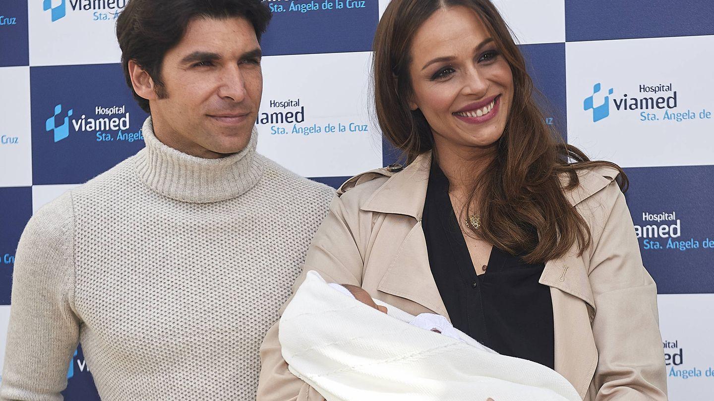 Eva González y Cayetano Rivera presentan a su hijo en Sevilla. (Getty)