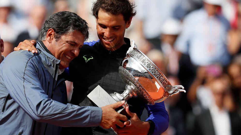 Foto: Rafa Nadal comparte con su tío Toni el trofeo de su décimo Roland Garros. (Reuters)