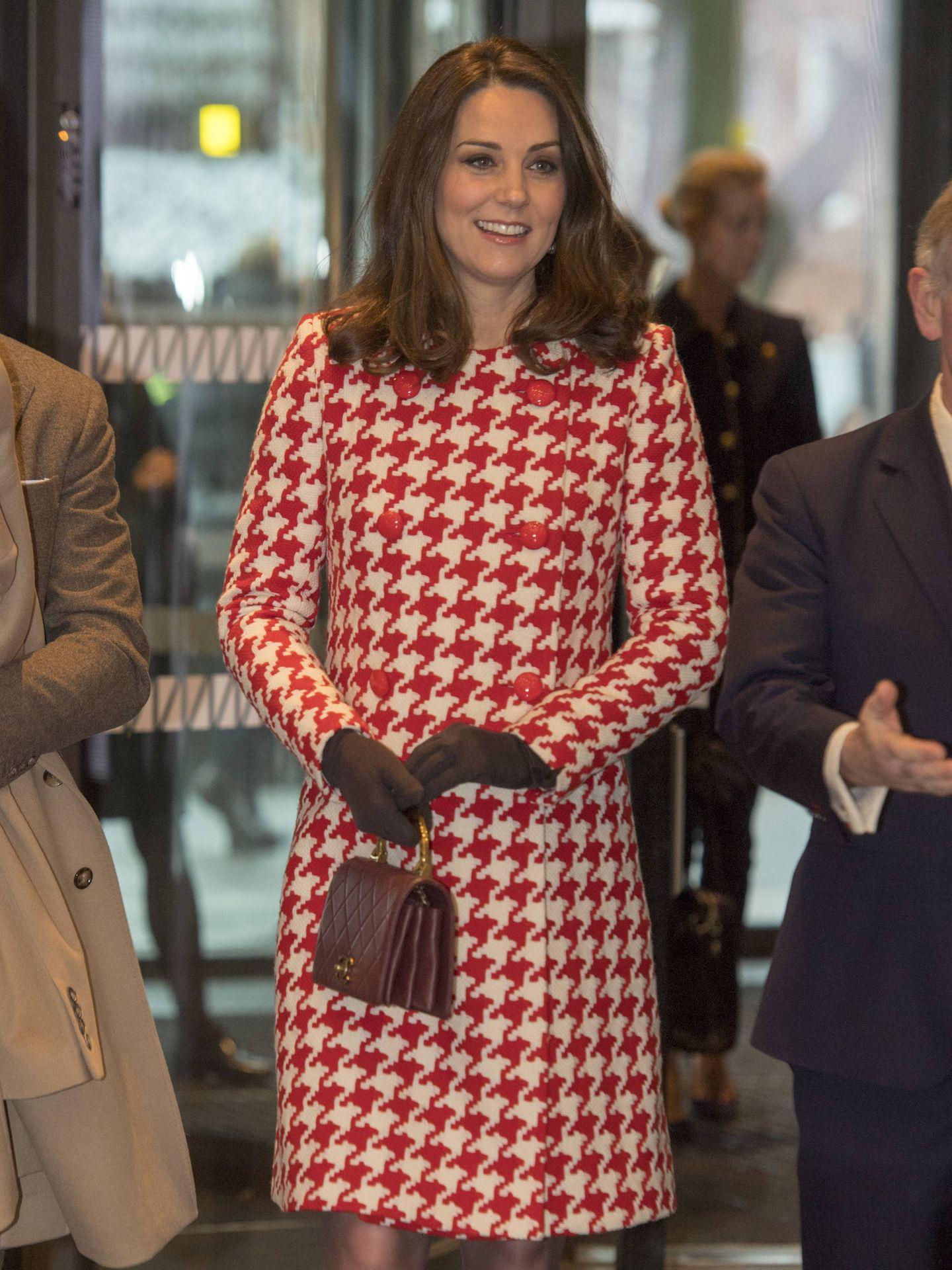 Kate Middleton, con abrigo rojo de Catherine Walker. (Getty)