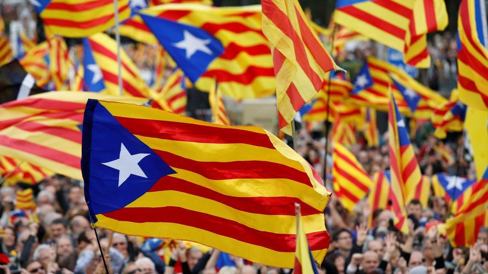 Foto: Esteladas ondean en una manifestación a favor de la independencia de Cataluña, en Barcelona. (Reuters)