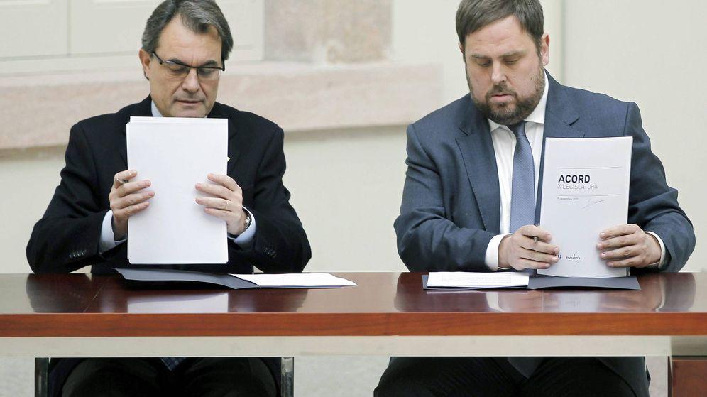 Foto: Artur Mas y Oriol Junqueras, en la firma del acuerdo de gobernabilidad de 2012. (Efe)