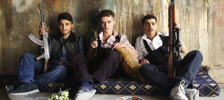 Foto: Tres jóvenes rebeldes del Ejército Libre de Siria (ELS) posan para una fotografía en Jobar, Damasco. (Reuters)