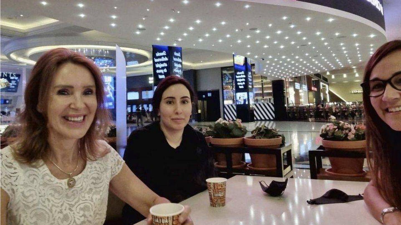 La princesa Latifa acompañada de dos conocidas en una cafetería. (Redes Sociales)