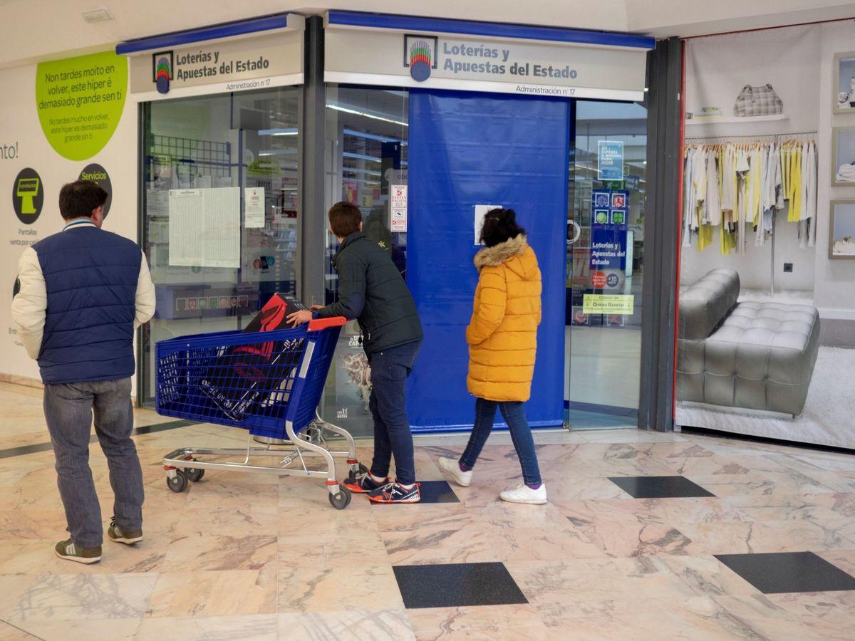 Foto: Foto de archivo de una administración de lotería cerrada. (EFE)