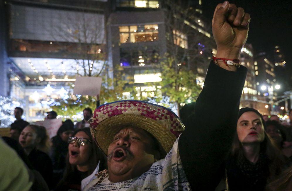 Foto: Un mexicano vestido a la manera tradicional participa en una manifestación contra Donald Trump en Nueva York, el 10 de diciembre de 2015 (Reuters)