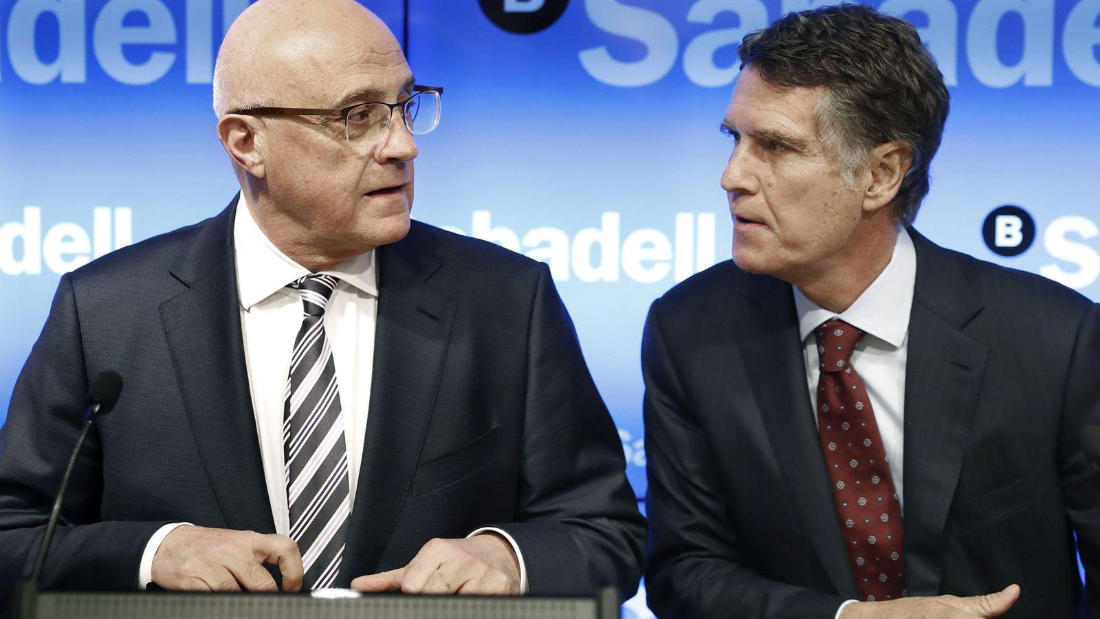 Foto: El presidente del Banco de Sabadell, Josep Oliu (i), y el consejero delegado, Jaume Guardiola.