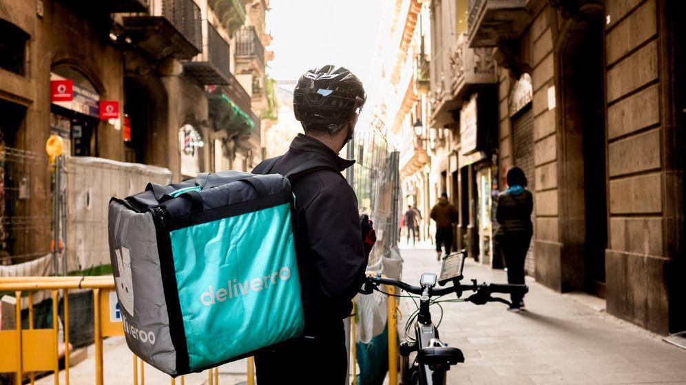 Foto: Un 'rider' de Deliveroo. (Reuters)