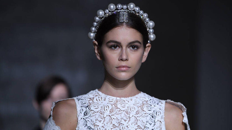 Kaia Gerber, con la versión con diadema y perlas de Givenchy. (Getty)