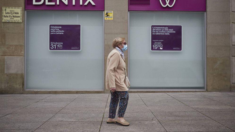 Foto: Una mujer pasea enfrente de una clínica Dentix. (EP)