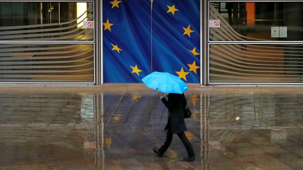 Foto: Una mujer pasea bajo la lluvia frente a la sede de la Comisión Europea. (Reuters)
