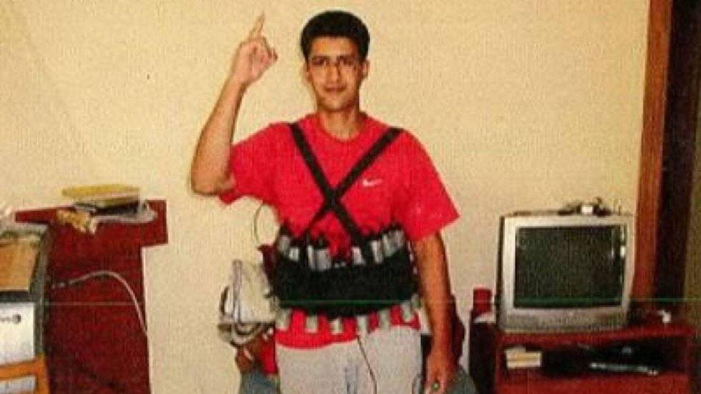 Youssef Aalla posa con un chaleco de explosivos.