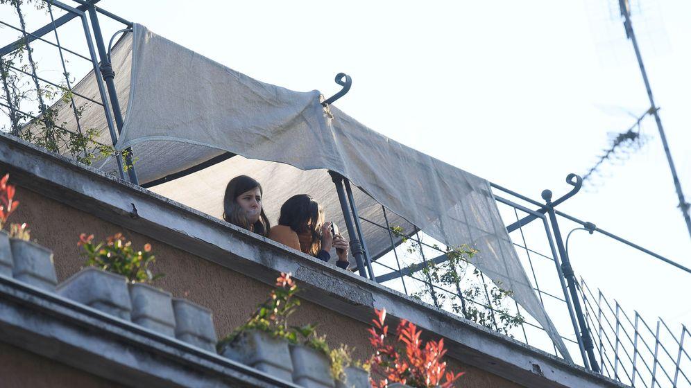 Foto: Una mujer se asoma a un balcón en Milán. (Reuters)