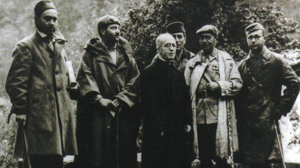 Foto: Oficiales nacionales con el abad de Covadonga tras la entrada de los nacionales en el Santuario. (Biblioteca Nacional, Fondo Guerra Civil )