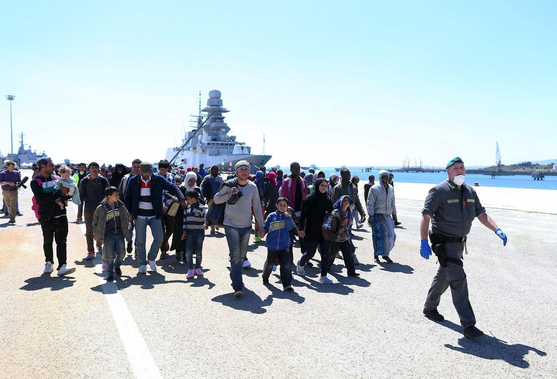 Foto: Refugiados son escoltados por la policía italiana tras desembarcar en el puerto de Augusta, en Sicilia, el 22 de abril (Reuters).