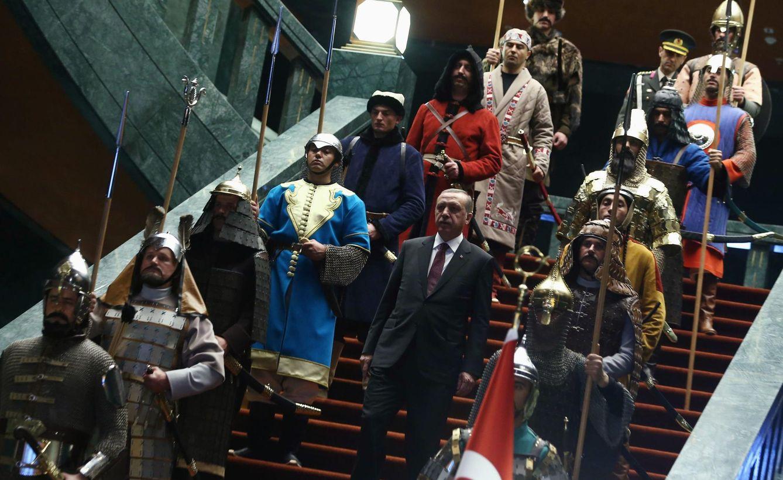 Foto: El presidente Erdogan entre soldados con uniformes tradicionales del Imperio Otomano en el Palacio de Ankara (Reuters)