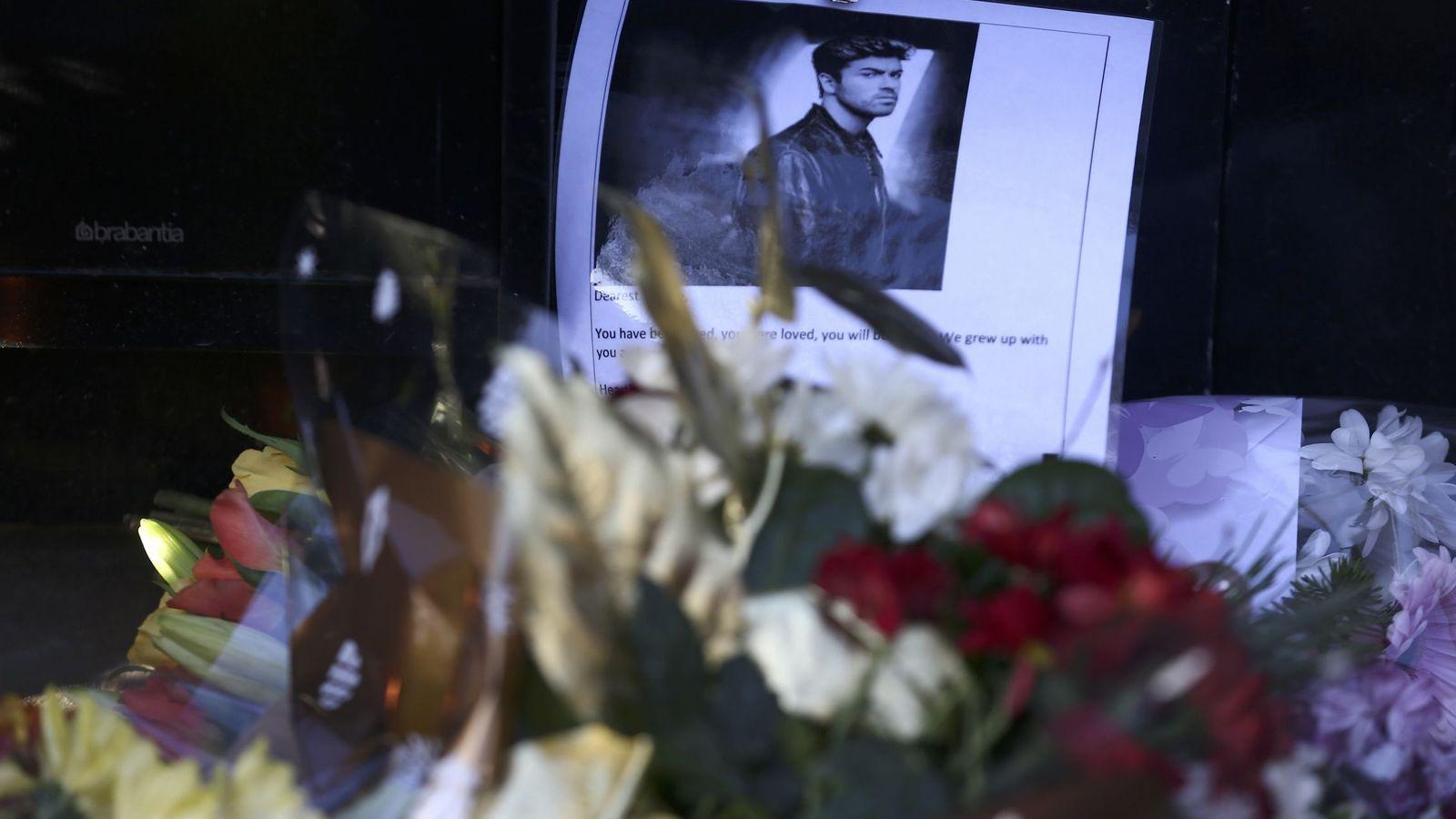 Foto: Homenajes espontáneos de seguidores a la puerta de su casa. (REUTERS)