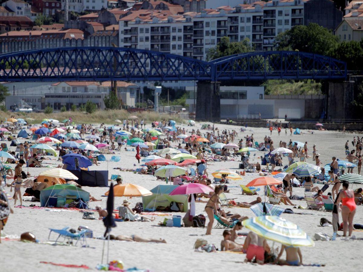 Foto: Personas en la playa de A Madalena, en Cabanas, A Coruña (EFE)