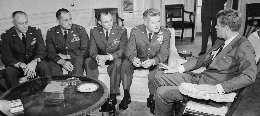 Foto: JFK charla con un grupo de militares, encabezados por Curtis Lemay general jefe de la Fuerza Aérea. (Bettman/Corbis)