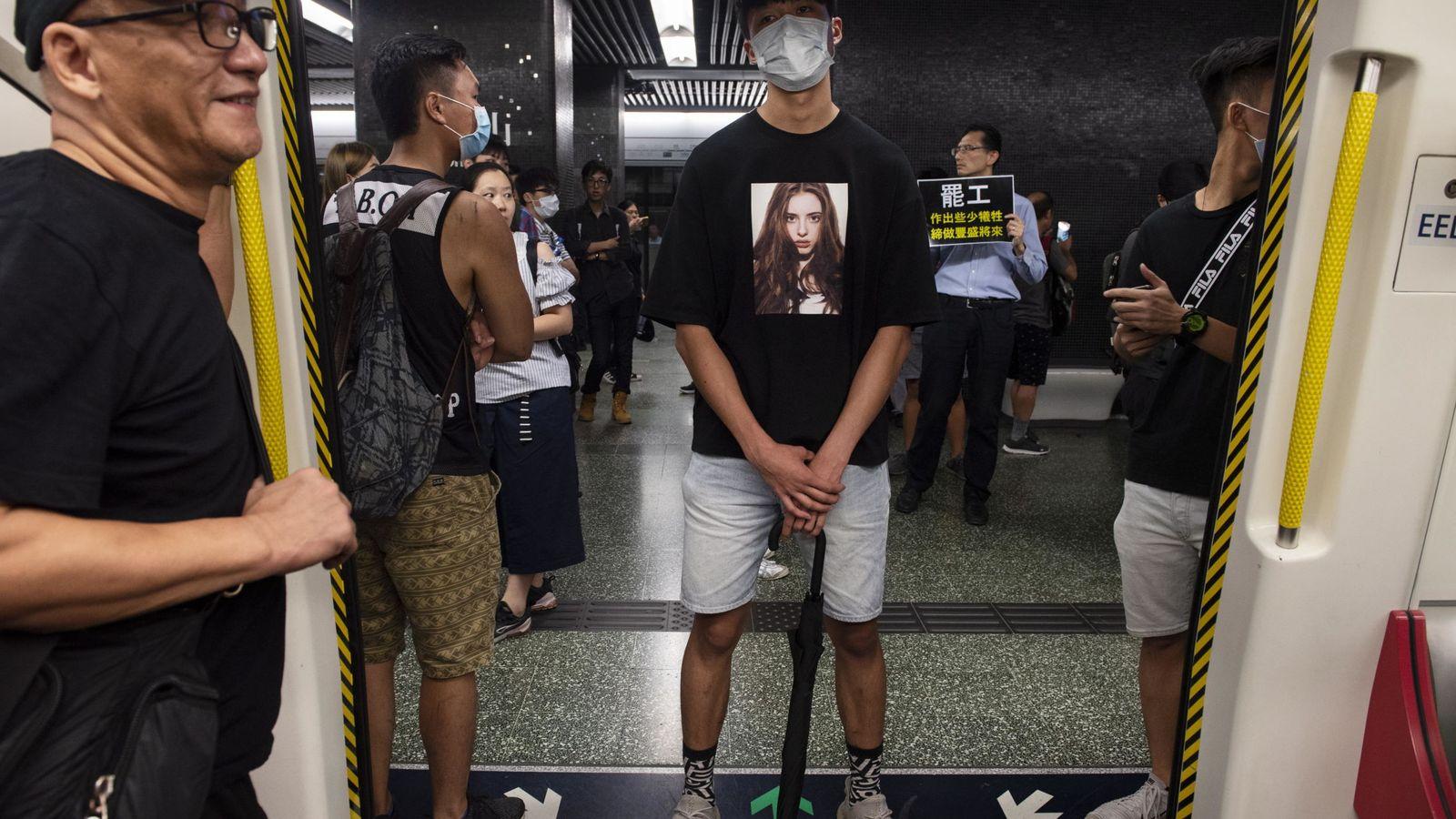 Foto: Manifestantes bloquean las puertas de un vagón del metro en Hong Kong (Reuters)
