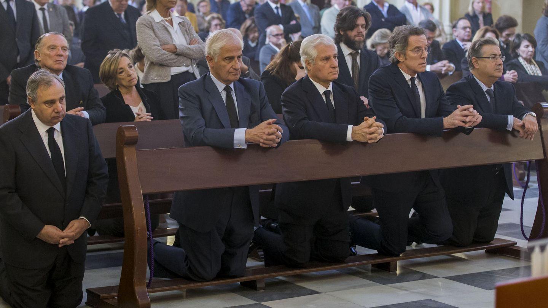 Misa del primer aniversario con tres de sus hijos (Carlos, Alfonso y Fernando) y su viudo, Alfonso Diez. (EFE)