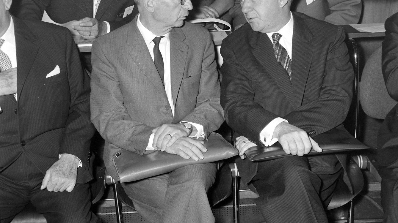 Foto: Heisenberg (a la derecha), junto a Rudolf Ernst Peierls en Hamburgo, al ser galardonado con la medalla Max Planck. (Cordon Press)