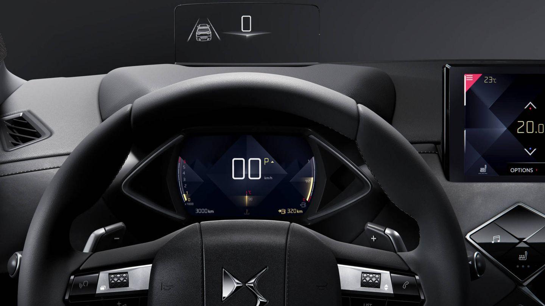 Puesto de conducción con tres pantallas.
