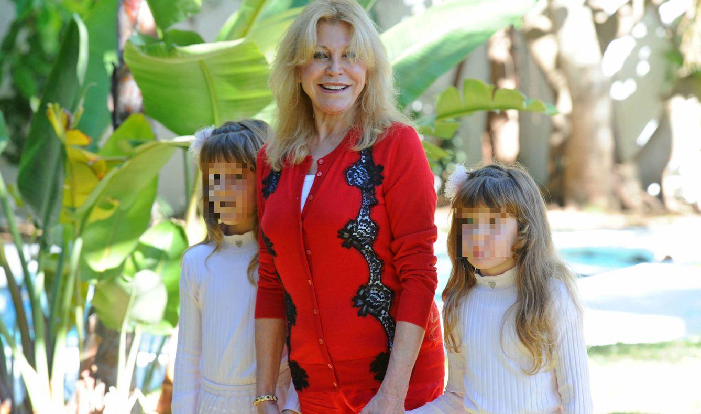 Carmen Cervera junto a sus hijas, Carmen y Sabina. (Gtres)