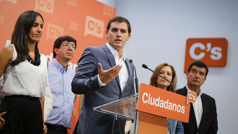 Foto: Albert Rivera durante la comparencia tras su ejecutiva nacional, acompañado por varios miembros de la cúpula. (EFE)